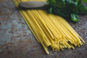 foodiesfeed.com-pasta-photos-spinach-pasta-with-tools-16